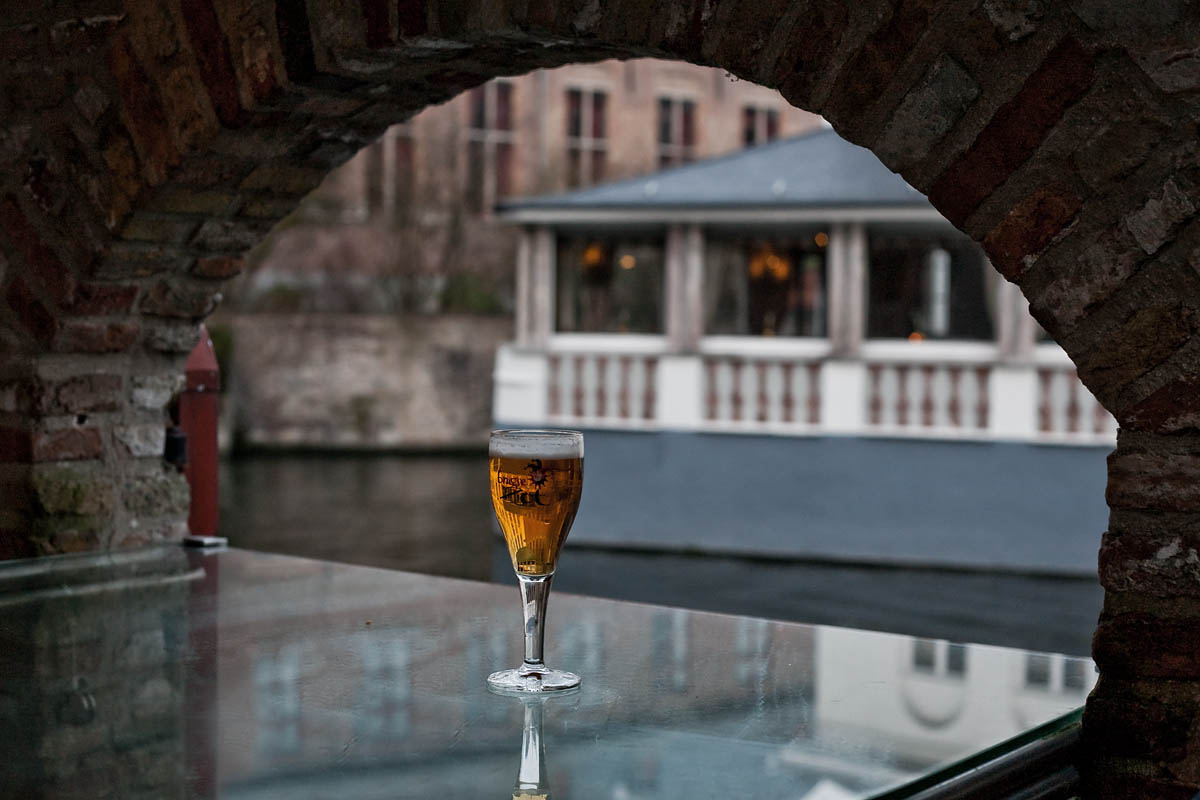 vetro glass riflesso reflection canale canal arco arc mattoni bicchiere pint half Brugse Zot 2be beer birra bruges Dijver brugge belgio belgium Canon 50mm f/1.8 5d ff