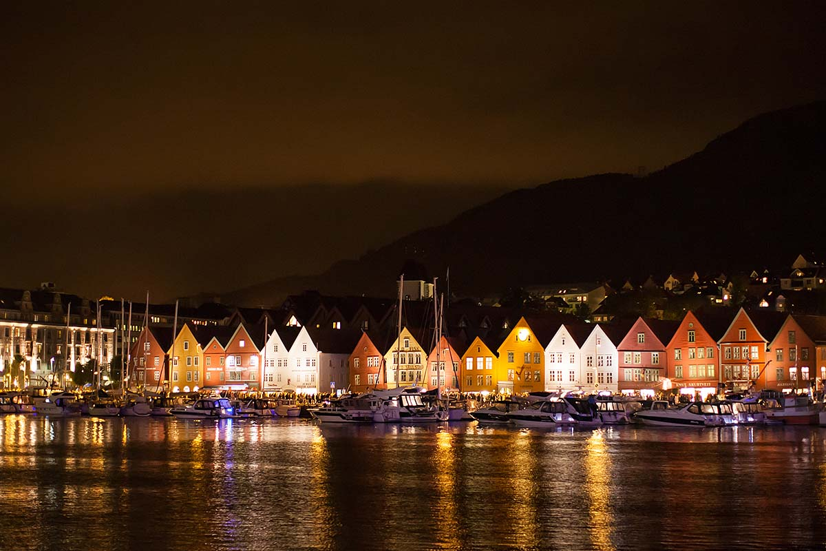 bryggen night notte riflessi mare reflectios sea lights luci bergen norway norvegia canon 5d 50mm f/1.2L 1.2 USM