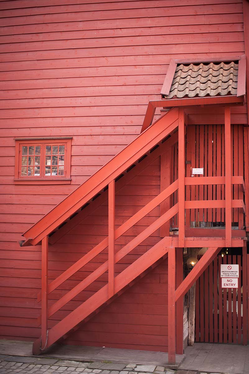 red rosso scala stair bryggen bergen norway norvegia canon 5d 50mm f/1.2L 1.2 USM