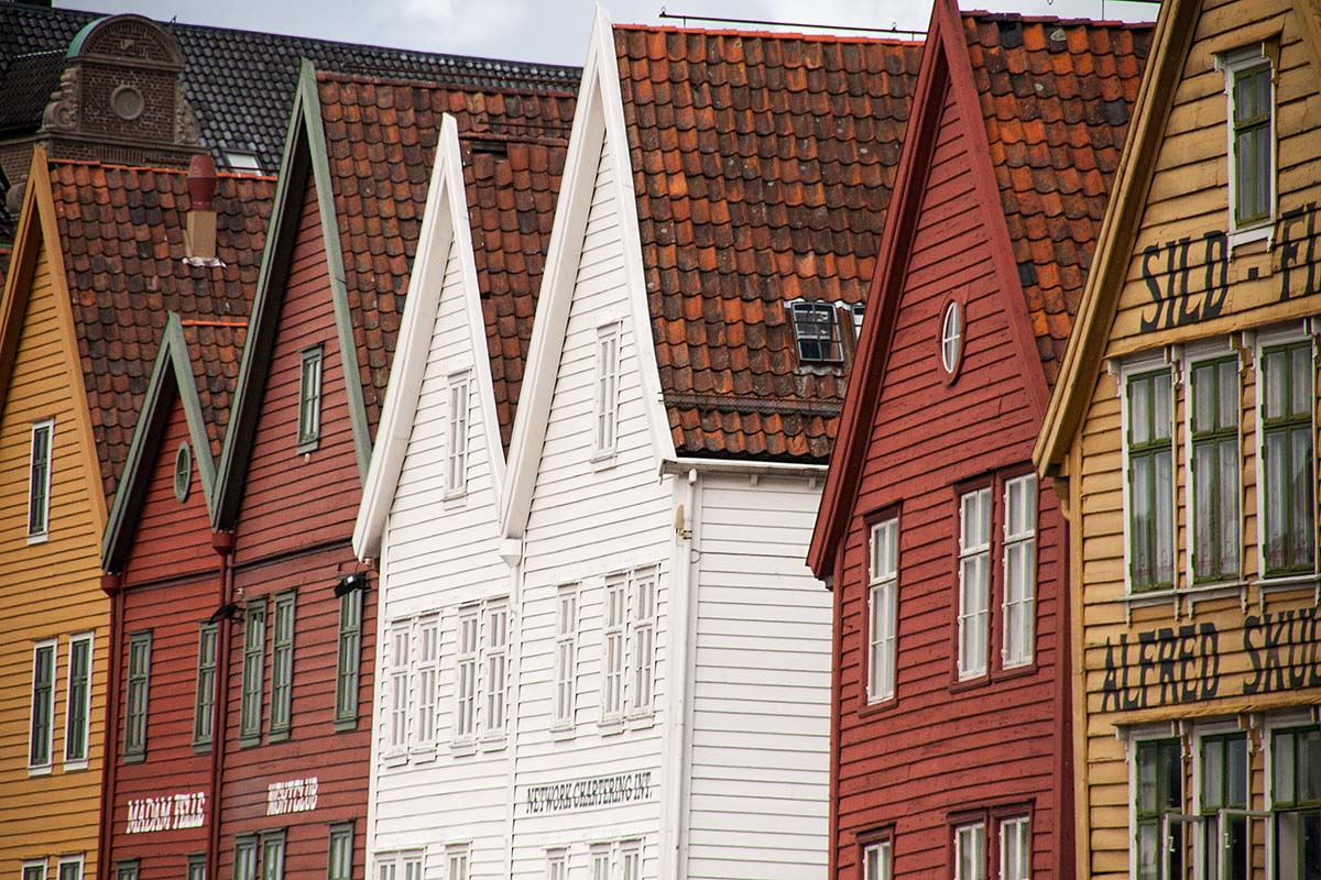 case typical wood houses colours colorate tipiche bryggen bergen norway norvegia canon 5d 50mm f/1.2L 1.2 USM