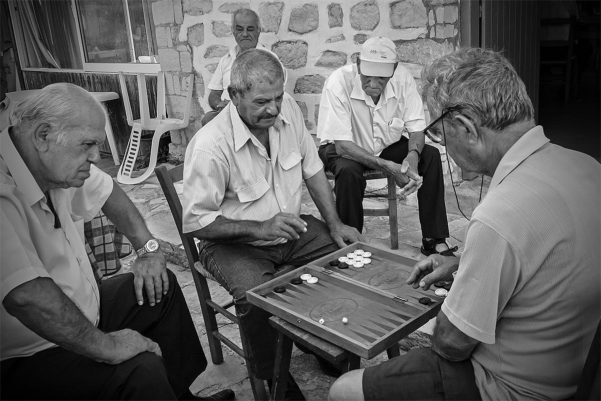 old men man playing Backgammon giocano vecchi anziani ciprioti Χούλου Choulou cipro cyprus holiday vacanze sea mare Πάφος Pafos Polis